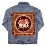 Blaue Jeansjacke mit rotem Elefantenpatch