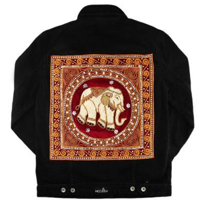 Schwarze Jeansjacke mit handbesticktem Elefantenpatch auf rotem Samt