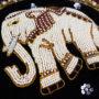 Handbesticktes Patch der blauen Jeansjacke mit weißem Elefanten