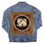 Blaue Jeansjacke mit schwarzem Elefantenpatch